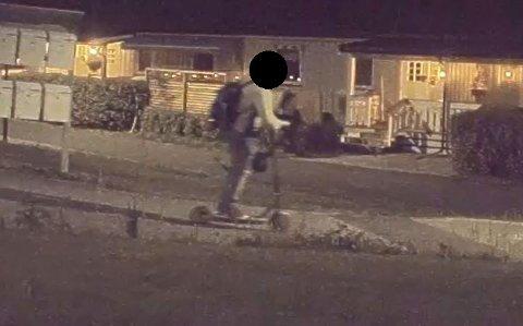 FORSVINNER: Mannen forsvinner med 11-åringens sparkesykkel under armen.