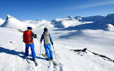 - Der er Leirvassbu! For en tur!, sier kameratene Hans Petter Jøranli og Johan Wildhagen. Til venstre i bilde ser vi Kyrkja.
