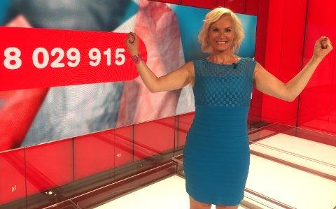 FULL POTT: En mann fra Vågå vant åtte millioner kroner lørdag og fikk jubel fra Lotto-programleder Ingeborg Myhre. Foto: Marthe Stenberg