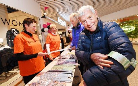 NY REFLEKS: Vera Holtlien (t.v.) og Polly Westlie fra pensjonistforbundet sørget for at Odd M. Johannessen (87) fra Vingnes og Kjell Bratrok (73) fra Follebu (bak) fikk på seg ny refleks.