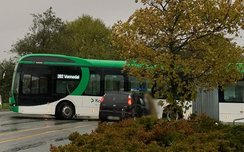 BOM STOPP: Her, ved bussholdeplassen på Norheim, låste situasjonen seg fullstendig.