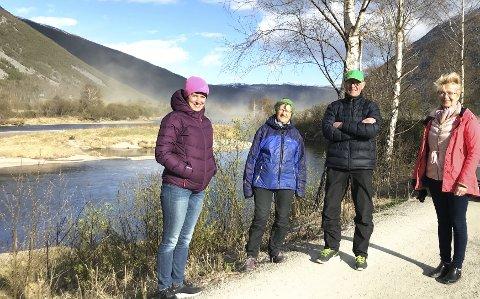 FARE FOR SKADEFLOM: Fylkesvaraordførar Aud Hove (t.v.) saman med Maj-Britt og Hans Svastuen, og ordførar Eldri Siem.