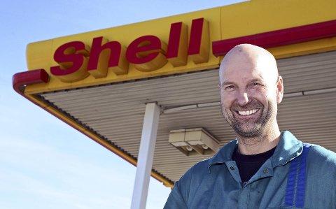 Shell-mannen: Han har nok ikke bensin i blodet, Vidar Haugen. Men at han lever og ånder for Shell-stasjonen på Harestua, det er det nok ingen tvil om.