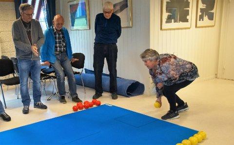FØLGER MED: Instruktør Ingar Arild S. Mala (til venstre), Arne Jørgensen og Magne Tretterud følger med Bjørg Briskelund da hun skal spille.