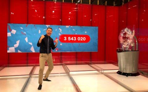 VANT MILLIONER: Lotto-programleder Reidar Buskenes er vant til å annonsere millionvinnere. Lørdag vant en kvinne fra Gran 3,5 millioner kroner i Lotto på en enkeltrekke.
