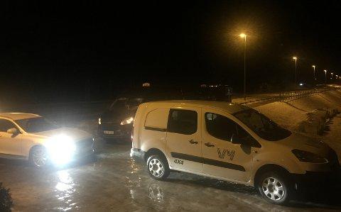 DROSJER KLARE: Like etter klokken 21.00 sto drosjene klare og ventet på passasjerene.