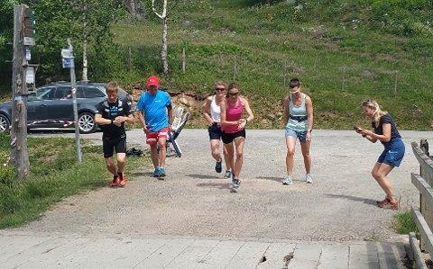 PÅ START: Myllavannet rundt, med ivrige løpere klar til start. Fra venstre Anders Nordby, Åge Lindahl, Lise Wirstad Dynna, Hanne Vigander, Katinka Yri og tidtaker Anne Woldmo.