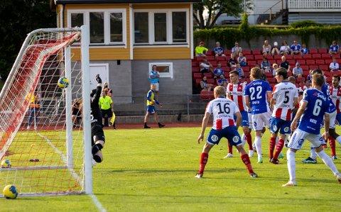 SELVMÅL: Kvik-spillerne må bare se at Dardan Sæter-Mehmeti er uheldig og setter ballen i eget nett.