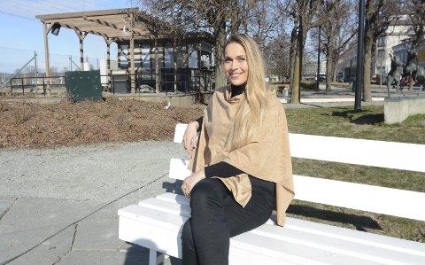 LETT Å TAKKE JA: Matilde Solbakken fra Hamar er nok best kjent som Camilla i Kiwi-reklamer, men denne helga vil hun bli å se i «En rød tråd» som spilles i Røhne-salen. Hun fikk aldri sett stykket som var en stor suksess i 2019, men falt umiddelbart for historien og rollen hun ble forespurt om i den nedstrippede versjonen av stykket som «Historieviserne» har laget i år.