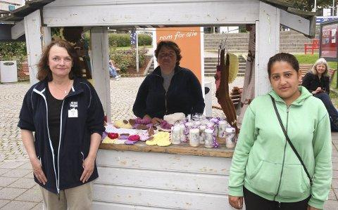 I BODEN: Fattige tilreisende har etter initiativ fra Kirkens Bymisjon fått sin egen markedsbod i Steinparken. Bymisjonens Hilde Røssehaug (f.v.) og de fattige tilreisende Magdalena Popa Lupu og Larisa Pantilica.                                                                                                            8Foto: Magnus Berning