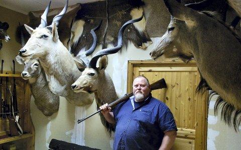 TROFÉJEGER: Alle jaktturane til Afrika har gitt Bernhard Kvale mengder av eksotiske dyr på veggen. På veggen frå venstre: kudu, oryx, waterbuck og nyala. FOTO: JOGEIR BIGSET