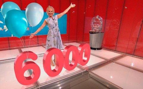 SÅ MANGE MILLIONÆRER: Programleder Ingeborg Myhre kunne lørdag juble for at vi i Norge nå har over 6.000 Lotto-millionærer.