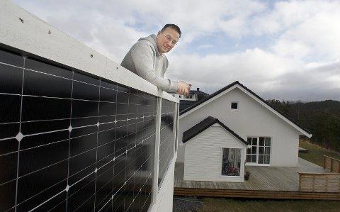 Rundt hele huset: Arild Nesse har montert solcelelpanel som terrassegjerde rundt hele det nye huset.   Arkivfoto: Harald Nordbakken