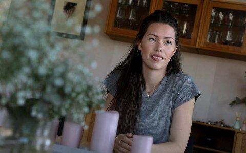 Haugesund 2304 2019 Danser Merete Hersvik (30) med datteren Nour (9,5 måned) hjemme på besøk i Haugesund. Merete jobber og bor i København