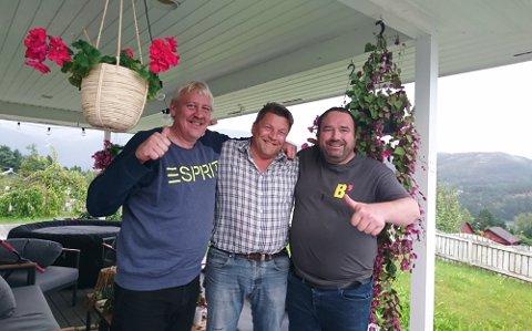FERSK MILLIONÆR: Nybakt millionær Egil Mikal Johansen i midten, med vennene Per Einar Hauge (t.v.) og Ørjan Teigen. Per Einar er nabo og vant 10 000 kroner.