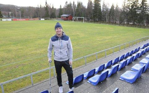 AMBISJONER: Bjørn Arve Lund ønsker å få MIL opp i 3. divisjon. Hvis han blir god i kneet kan det godt hende at han spiller litt selv, men da må krykka sannsynligvis fram igjen.