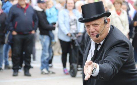 Verdensmesteren: Knut Nilsen fra Tjøtta ble verdensmester, og ledet auksjonen til inntekt for Brobyggerstiftelsen. Foto: Trond Odin Johansen