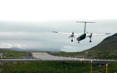 ILLUSTRASJONSFOTO: Et Widerøe-fly landet i slutten av august på Hammerfest Lufthavn med covid-19-smitte om bord.