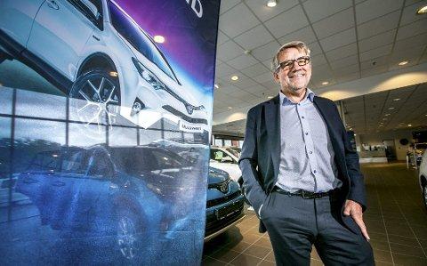 GODT ÅR: Styreleder i Harila AS, Tormod Harila, sier året så langt har gått bra. Han tror mye skyldes hybridbilene, men er glad de ikke har startet med elbiler enda.