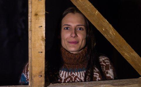 PUSSER OPP: Susanne rønning (25) har flyttet tilbake til Vadsø og kjøpt hus. Enda uten særlig belysning så litt mørkt er det. Men med god hjelp av noen arbeidslamper, går det godt.