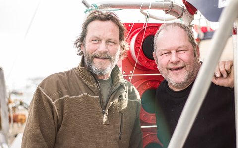 GLAD FOR DET FINE VÆRET: Steinar og Oskar er glade for det fine vår-været som ligger over Finnmark, men de forteller også at det er et tegn på at den gode fisken snart er over for denne gang.