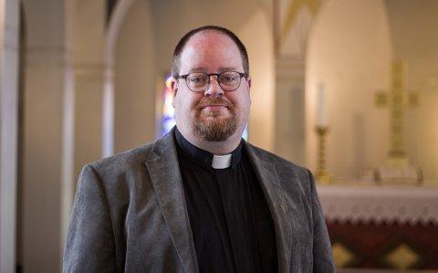 TA VARE PÅ HVERANDRE: Sven Becher er fungerende prest i Vadsø, og forteller at i stunder som dette, er det viktig å ta vare på hverandre.
