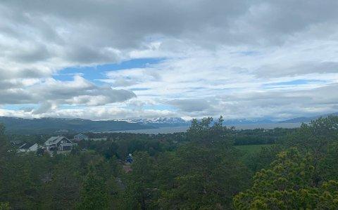 SKYET LAVTRYKK: Slik så det ut over Alta lørdag ettermiddag. Mer skyer skal det visstnok bli.