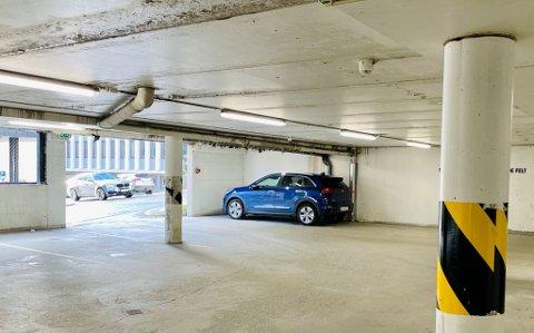 Her i parkeringshuset i tilknytning til Grottebadet skal elbil-eierne få et nytt tilbud.
