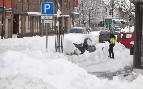 KAN BLI TAUET BORT: Trafikkbetjent Bente Dreyer var ute på kontroll i Levanger sentrum mandag. Hun ber nå folk om å kjøre bort bilene sine slik at brøytemannskapene kan rydde unna snøen.