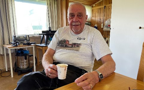 KLAR I TALEN: Kåre Holmen (74) er en hyppig debattant i Indres leserbrevspalter. Nå kan du blitt mer kjent med ansiktet bak de mange leserinnleggene.