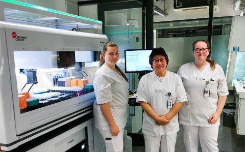HJELP: Sandra Hunjet (Mo), Darlene Ciano (Sandnessjøen) og Sofie Hovd (Mo) skal teste koronaprøver ved Nordlandssykehuset i Bodø.