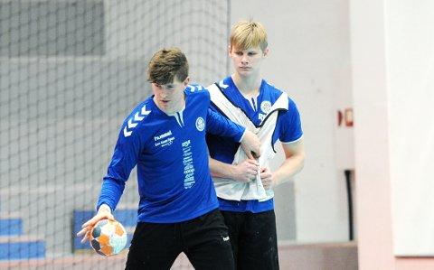 FÅR VÆRE MED DE VOKSNE: Torger Edland (til høyre) på torsdagens Nærbø-trening sammen med Andreas Horst Haugseng.