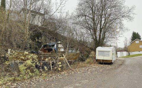Camping i veikanten: Båten og campingvognen har stått i Nordre Klev i flere år. Foto: Pål Nordby
