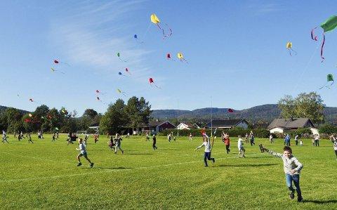 MYE SOM SKJEDDE: Dragefest på fotballbanen i Sande var ett av arrangementene under «20 til 2020»-prosjektet. Andre ting som skjedde var blant annet friluftsdag, dansefest, korps- og korkonserter, håndballcup og laging av ny kommunesang. ARKIVFOTO