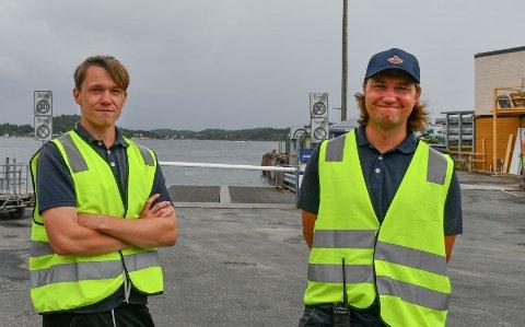 GLADE: Marius Schjølberg og Fredrik Williams er glade for å ha sommerjobb hos ferjekaia.