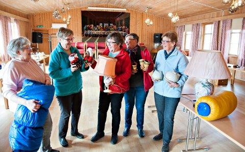 Loppemarked: Disse damene sørger for loppemarked. Fra venstre: Aud Grosvold, Randi Brekke, Sissel Grosvold, Jorunn Kildal og Åse Kjørstad Hedenstad FOTO: STÅLE WESETH