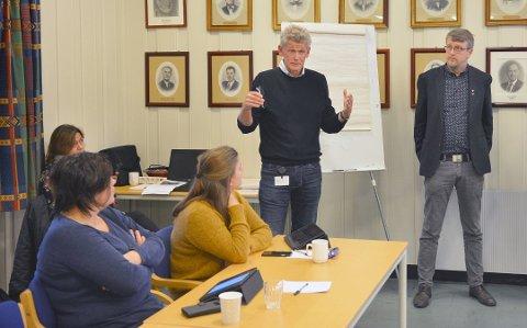 BEKYMRET: Rådmann i Rollag kommune, Hans Henrik Thune (t.v)  sammen med  ordfører i Rollag, Dag Lislien.