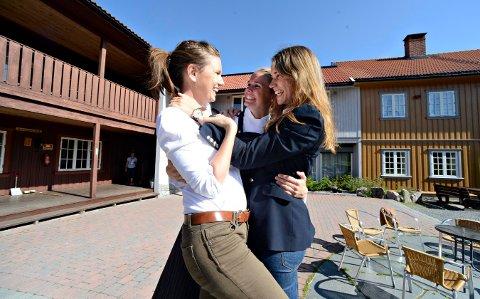 Søstrene Storaas har hatt mange besøkende i sommer.. Fra venstre: Else, Solveig Henriette FOTO: JAN STORFOSSEN