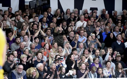 HÅPER PÅ NY FEST: 1.500 tilskuere kom for å se kamp to av NM-finalen mot Asker i Kongsberghallen. Nå håper Miners på en ny festkveld i hallen når de skal spille europacupkvalifisering torsdag kveld. Foto: Ole John Hostvedt