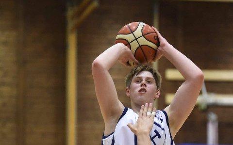 EN GYLDEN MULIGHET: Tobias Rotegård, som her er i aksjon i junior-NM, skal vise seg fram for talentspeidere fra NBA og store college på ei basketsamling i Atlanta i USA nå.FOTO: OLE JOHN HOSTVEDT