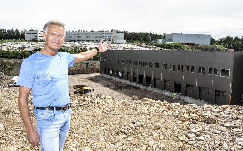 VIL SELGE: Bjørnulf Borge i Cater As foran det 17.000 kvadratmeter store bygget på Hølaløkka som skal huse grossistselskapet Cater As fra høsten av. Nå selger han seg ut av eiendomsselskapet. FOTO: PÅL A. NÆSS