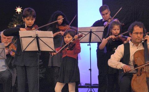Åtteåringen Ipek Øksum syntes det var kjempeartig å spille på Vestvågøy kulturskole sin juleforestilling i Buksnes kirke. Foto: Geir Inge Winther
