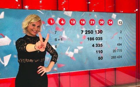 LOTTO-JUBEL: To heldige spillere og programleder Ingeborg Myhre jubler for sju rette