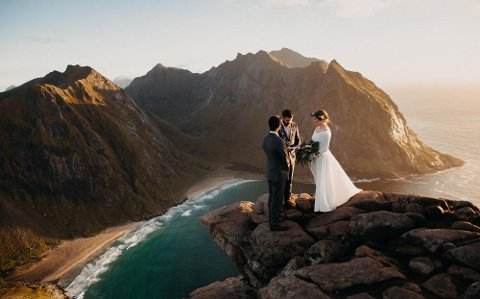 Luftig bryllup: Her vier Flakstad-ordfører Hans Fredrik Sørdal Kristian og Seth Rivas på toppen av Ryten. Foto: Christin Eide