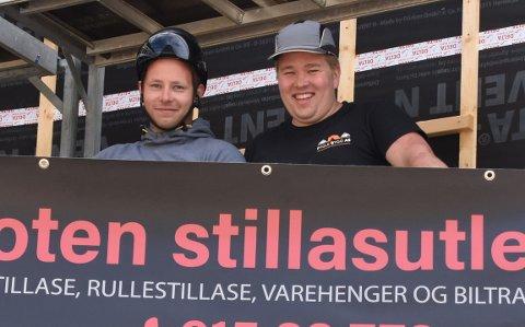 FORNØYD: Jøran Jørgensen og Børge Fygle er storfornøyd med at de fikk oppdraget med å levere stillaser til et prosjekt i Kabelvåg. Lars Ole Toften var ikke tilstede da bildet ble tatt.