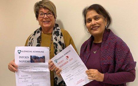 INFO: Eva Tove Fuglestveit og Ila D. Patel har grunn til å smile. De fikk gjennomslag for ønsket om at Audnedalsinfoen på papir må fortsette.