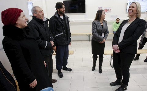 SMIL: Innvandrings- og integreringsminister Sylvi Listhaug (Frp), kostet på se besøkte mottakssenteret i Råde i går. Herser vi henne i et møte med asylsøkere fra Syria.