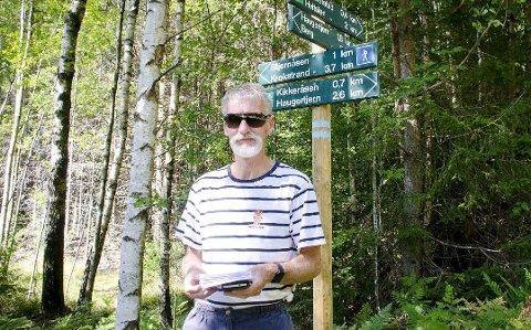 Lager vei i vellinga: Nils Thorsen og stigruppa restaurer gjengrodde stier og setter opp nye skilt.