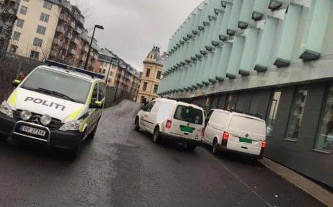FUNNET: Bilen til høyre i bildet ble funnet på lørdag ved hjelp av et sporingssystem.