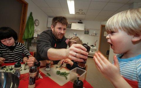 STERKT: Nicolay tok sjansen og luktet på krydderglasset med chili, det var sterkt. Til venstre er Eirik Nathaniel opptatt med sitt.